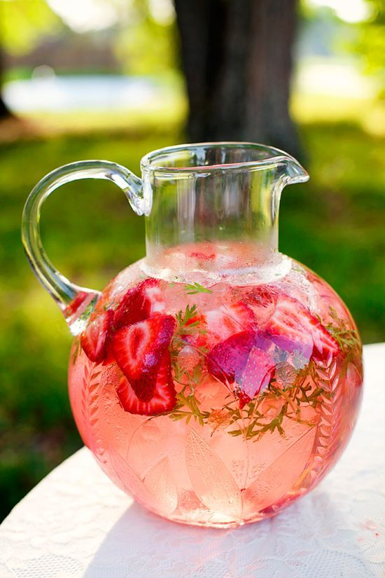 anniversaire fraise- pichet de grenadine et ses fraises