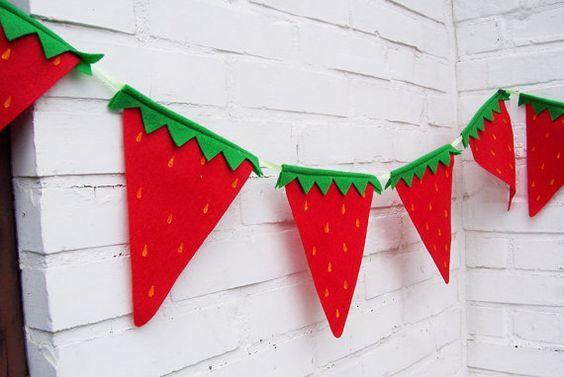 anniversaire fraise- guirlande de fraises en feutrine