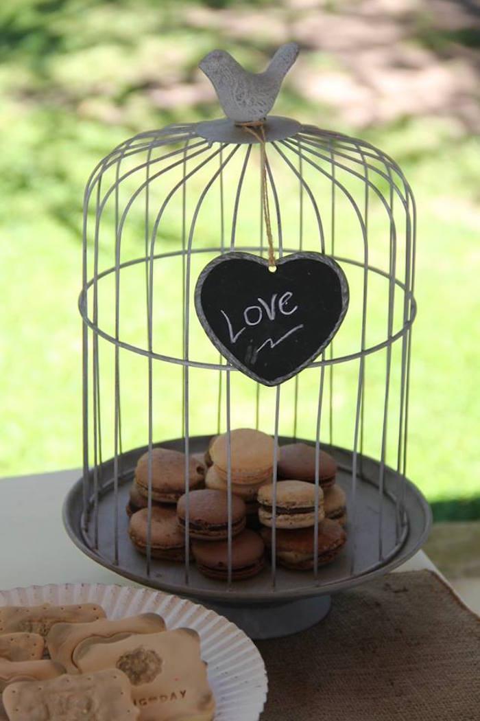 Mariage vintage - des petits macarons en cage
