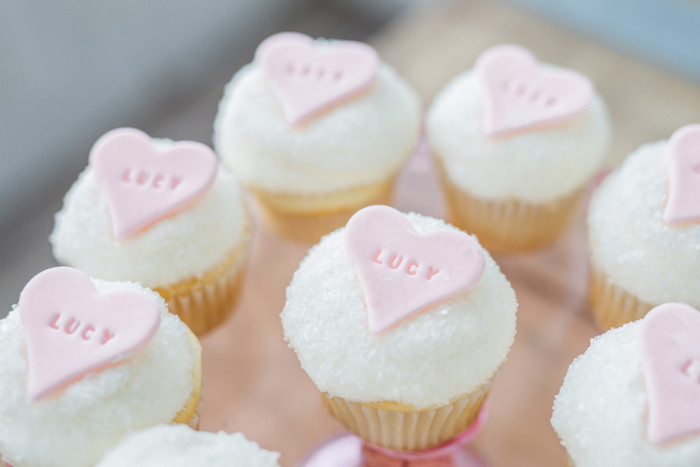 Baby Shower fille - Petits cupcakes décorés d'un petit coeur rose
