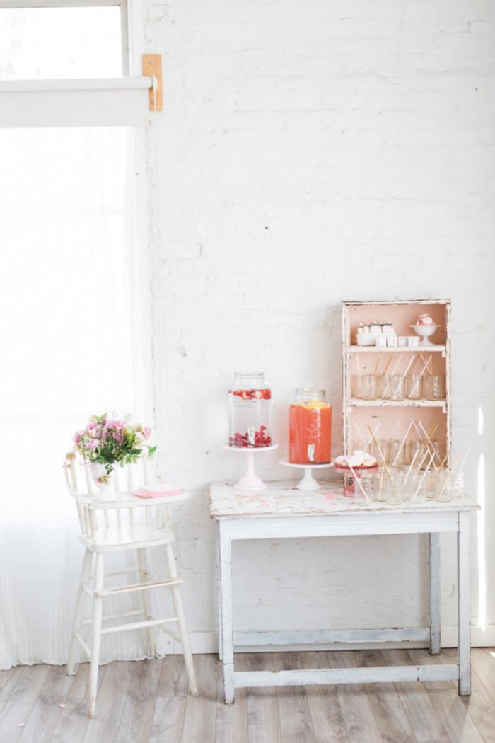 Baby Shower fille - Fontaine à boissons et jolie chaise haute ancienne