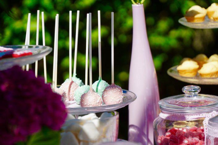 cake pops rose pastel et vert d'eau avec des billes de sucre
