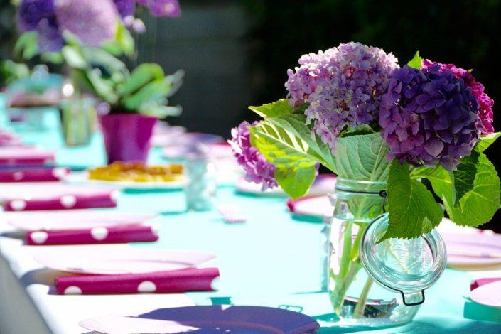 Table de banquet et ses bouquets d'hortensias