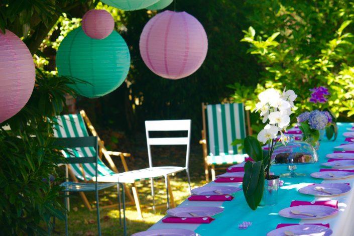 Table de banquet dressée avec ses lampions