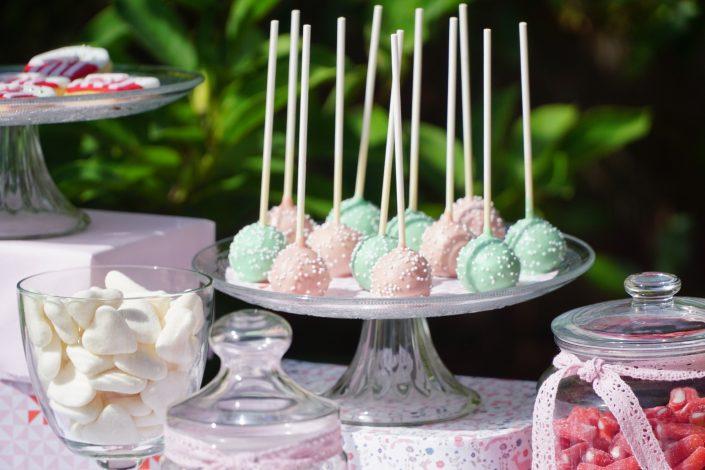 Anniversaire 1 an Chiara - Cake pops rose pastel et vert d'eau avec des petites billes de sucre