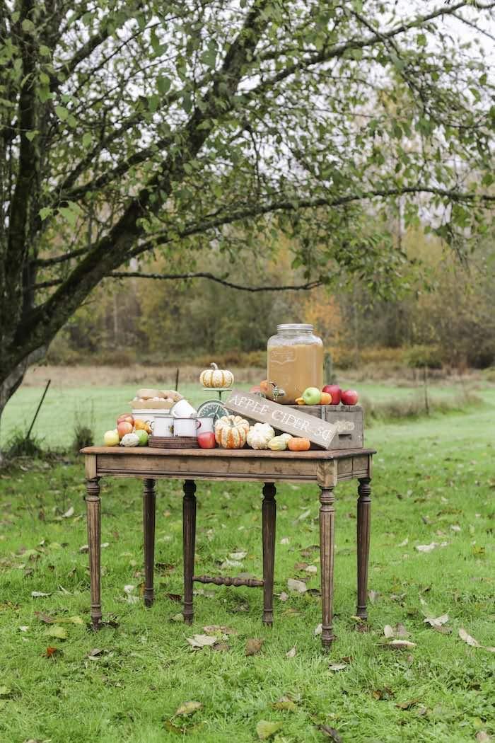 Goûter à la pomme - Petite table en bois dans le jardin