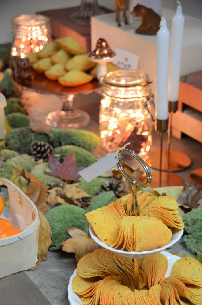 Table d'automne chez Pierre et Vacances par Studio Candy - Chips sur un présentoir à gâteaux