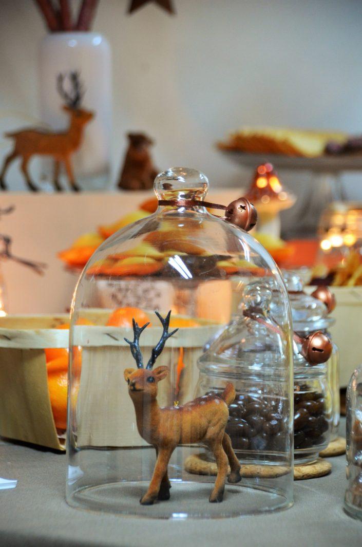 Table d'automne chez Pierre et Vacances par Studio Candy - Cloche en verre abritant une biche