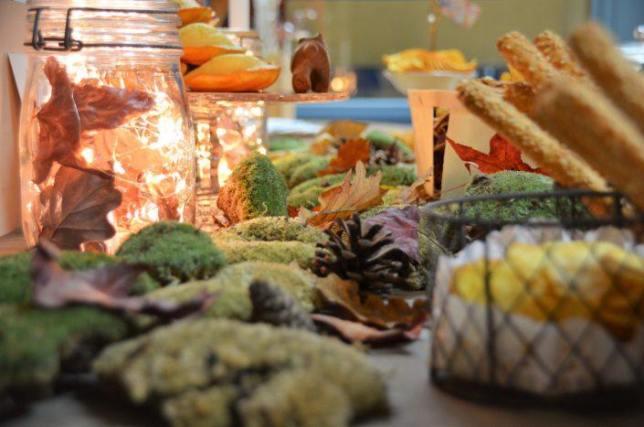 Table d'automne chez Pierre et Vacances par Studio Candy - Feuilles mortes et mousse de forêt