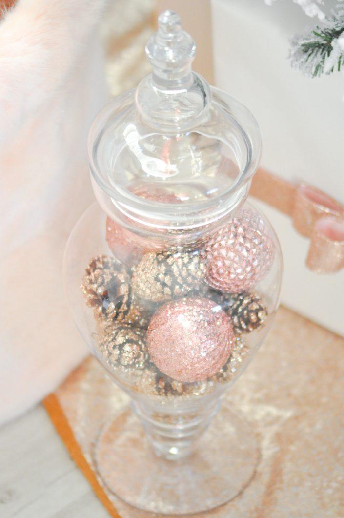 Noël rose pastel - Bonbonnière avec des décorations de Noël dedans