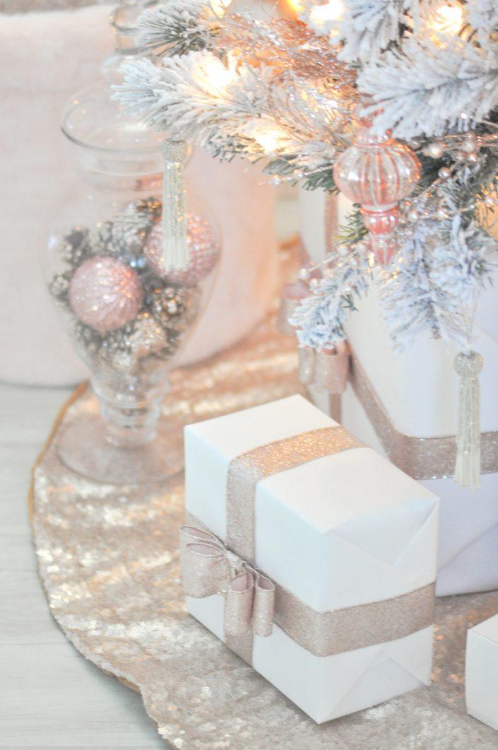 Noël rose pastel - Les cadeaux au pied du sapin