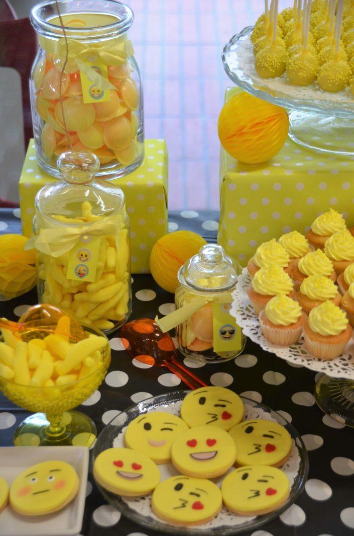 salés décorés emoji, cupcakes jaunes, cake pops jaunes, bonbons bananes, soucoupes - Studio Candy