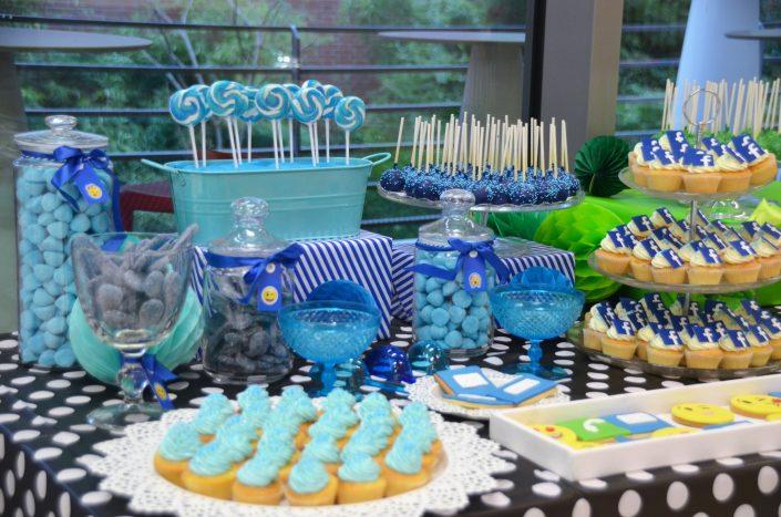 Cupcakes bleus, bonbons langues bleues, fraises tagada, cupcakes avec logo facebook, sucettes vintage bleues, cake pops bleus - Studio Candy