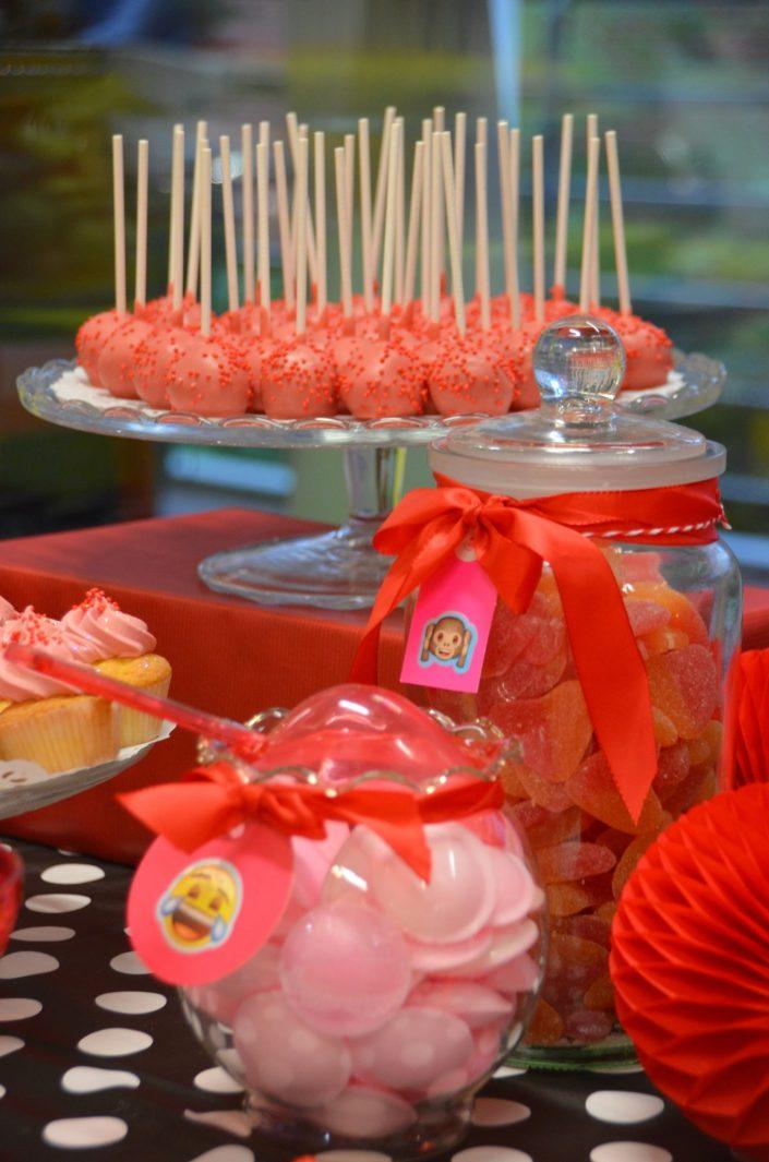 cake pops rouges, bonbons soucoupes roses et bonbonnières - Studio Candy
