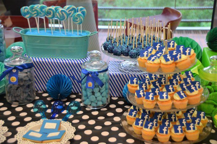 sucettes vintage bleues, cake pops bleus, fraises tagada, langues bleues, cupcakes avec logo facebook - Studio Candy