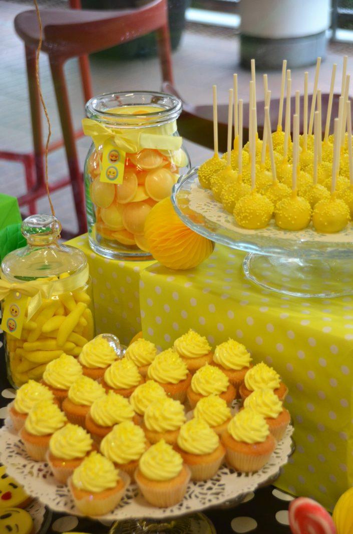 cupcakes jaunes, cake pops jaunes, bonbons soucoupes jaunes, bananes jaunes - Studio Candy