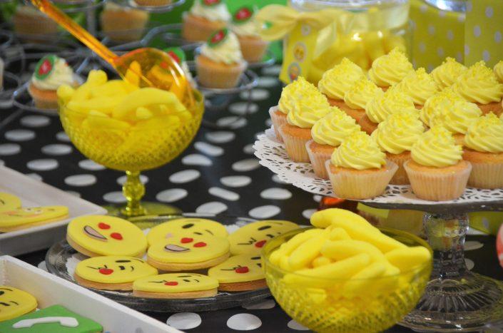 cupcakes jaunes, bananes jaunes, sablés décorés emoji- Studio Candy