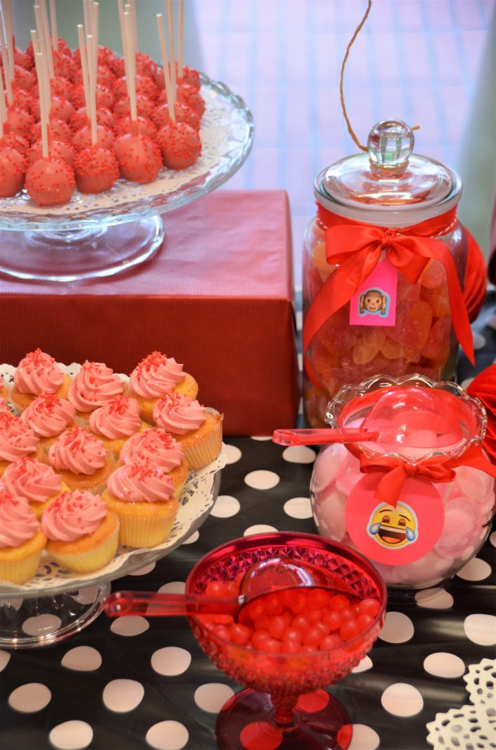 cake pops rouges, cupcakes rouges, bonbons dragibus rouges, soucoupes roses - Studio Candy
