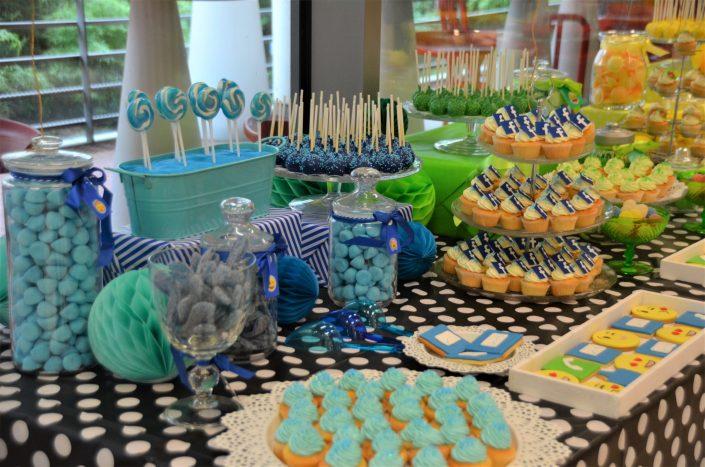 cake pops bleus, cupcakes avec logo Facebook, bonbons bleus, fraises tagada, soucoupes, sucettes vintage, sablés décorés mail - Studio Candy