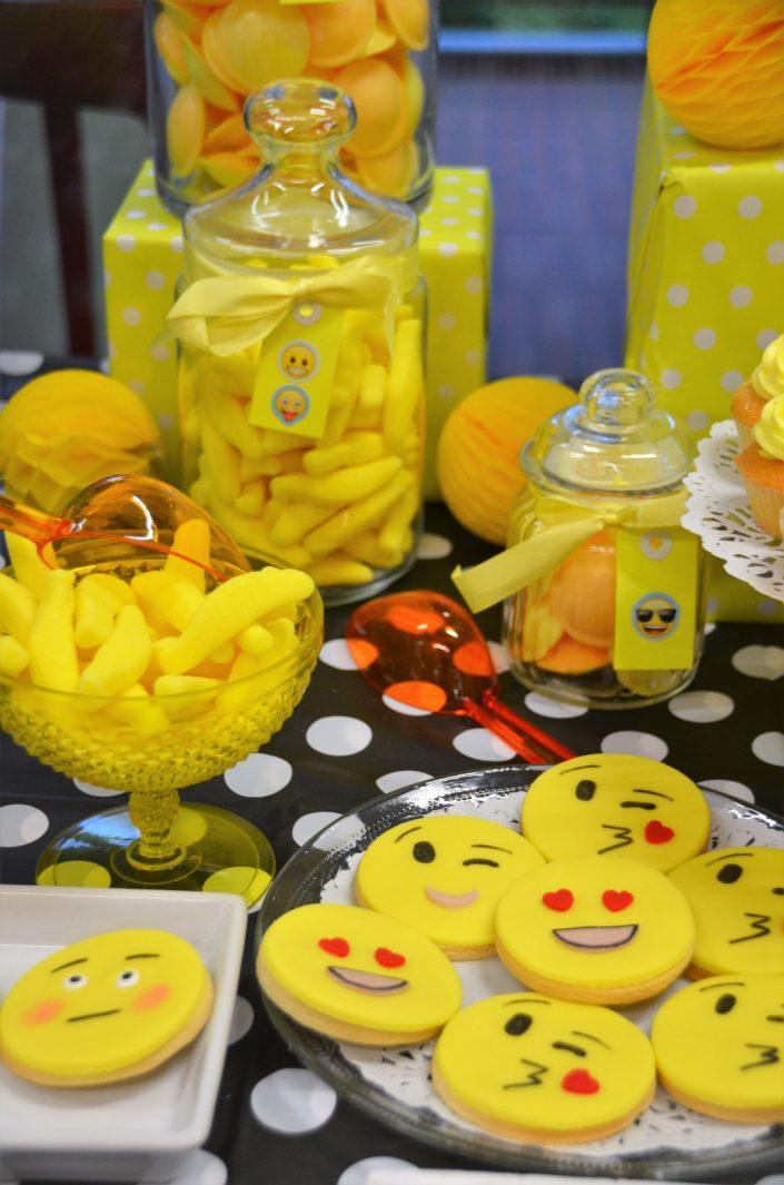 sablés décorés emoji et bonbons jaunes - Studio Candy