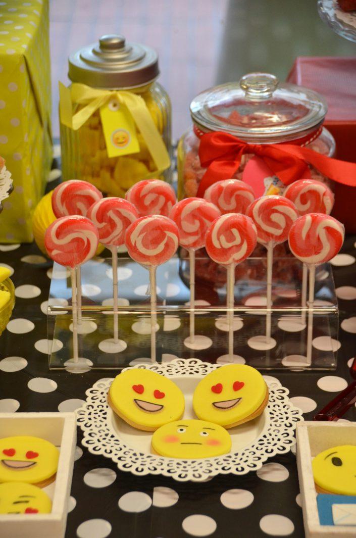 sablés décorés emoji et sucettes vintage rouges - Studio Candy