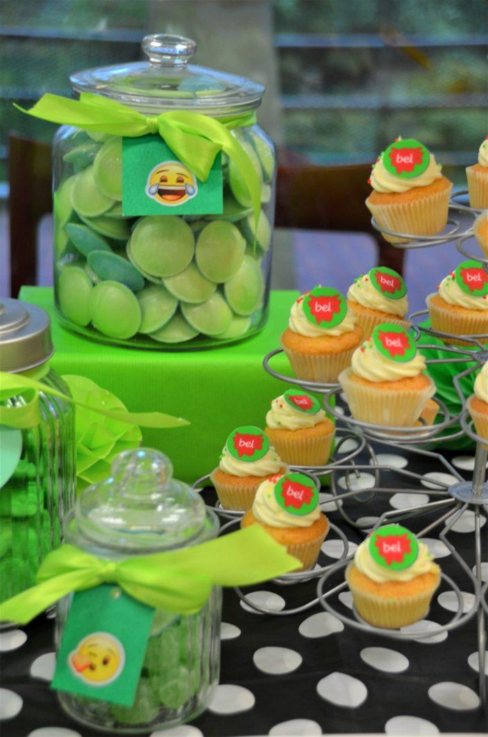 bonbons soucoupes verts, cupcakes avec logo Bel - Studio Candy