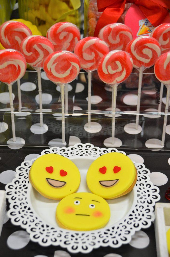 sucettes rouges vintage et sablés décorés emoji - Studio Candy