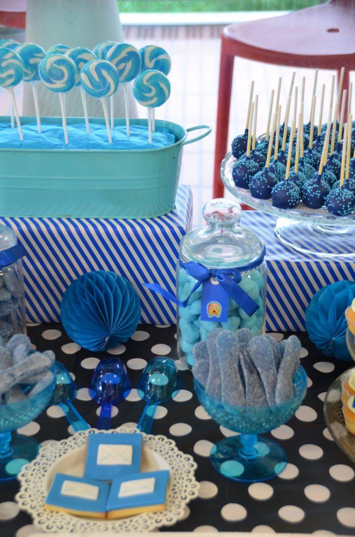 sucettes vintage bleues, cake pops bleus, bonbons langues, sablés décorés mail, fraises tagada bleues - Studio Candy