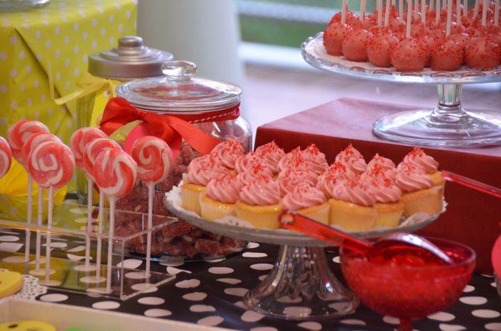 cupcakes rouges, sucettes vintage rouges, cake pops rouges et bonbons dragibus - Studio Candy