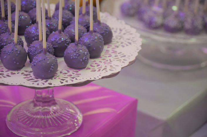 Sweet table violet, blanc et gris by Studio Candy - cake pops violet