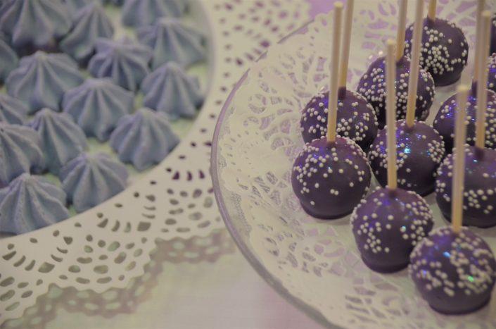 Sweet table violet, blanc et gris by Studio Candy - meringues violettes, cake pops violets