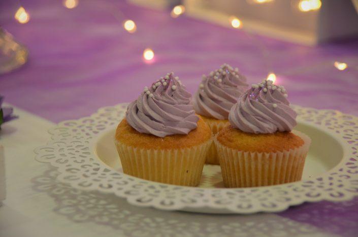Sweet table violet, blanc et gris by Studio Candy - cupcakes violets