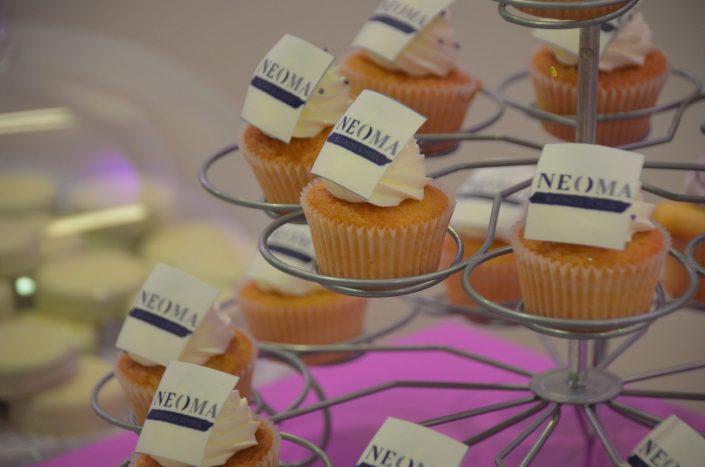 Sweet table violet, blanc et gris by Studio Candy - cupcakes avec logo en impression alimentaire