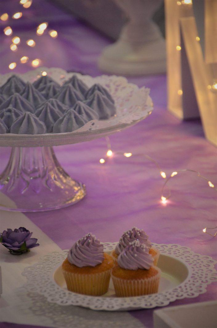 Sweet table violet, blanc et gris by Studio Candy - cupcakes violets, meringues