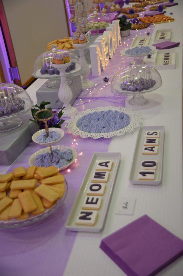 Sweet table violet, blanc et gris by Studio Candy - cake pops violets, cupcakes violets, financiers amandes, meringues