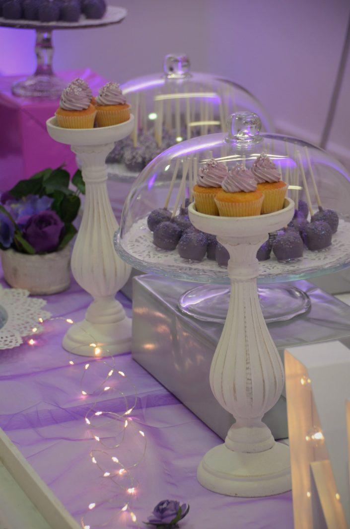 Sweet table violet, blanc et gris by Studio Candy - cake pops violets, cupcakes violets