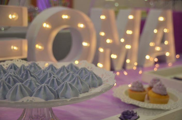 Sweet table violet, blanc et gris by Studio Candy - meringues violettes