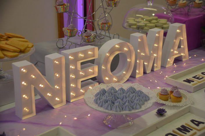 Sweet table violet, blanc et gris by Studio Candy - meringues violettes, cupcakes violets, sabés décorés, financiers amande