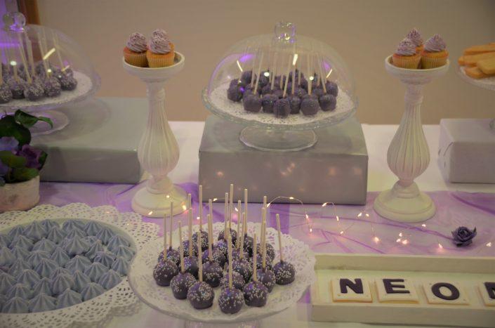 Sweet table violet, blanc et gris by Studio Candy - cake pops violet, cupcakes violet, meringues, financiers, sablés décorés