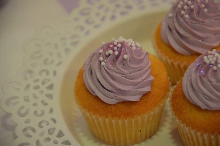 Sweet table violet, blanc et gris by Studio Candy - cupcakes violet