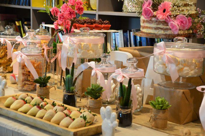 Candy Bar bohème chic par Studio Candy - Jolies bonbonnières à rubans, fraises enrobées de chocolat blanc, petites plantes succulentes