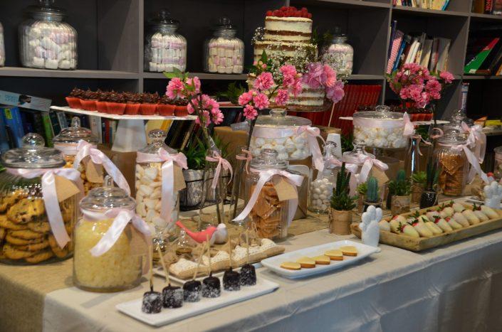 Candy Bar bohème chic par Studio Candy - Jolies bonbonnières à rubans, sablés, chamallows au chocolat, fraises