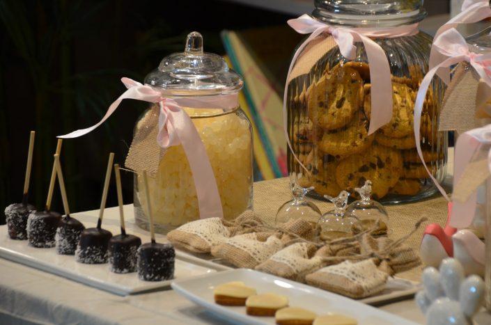 Candy Bar bohème chic par Studio Candy - Cookies, dragibus, meringues et bonbons dans de jolies bonbonnières