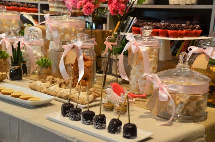 Candy Bar bohème chic par Studio Candy - Chamallows au chocolat, sablés, nougats et bonbons dans de jolies bonbonnières