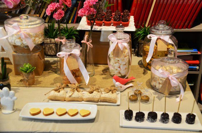 Candy Bar bohème chic par Studio Candy - chamallows enrobés de chocolat, sablés décorés coeurs, bonbons