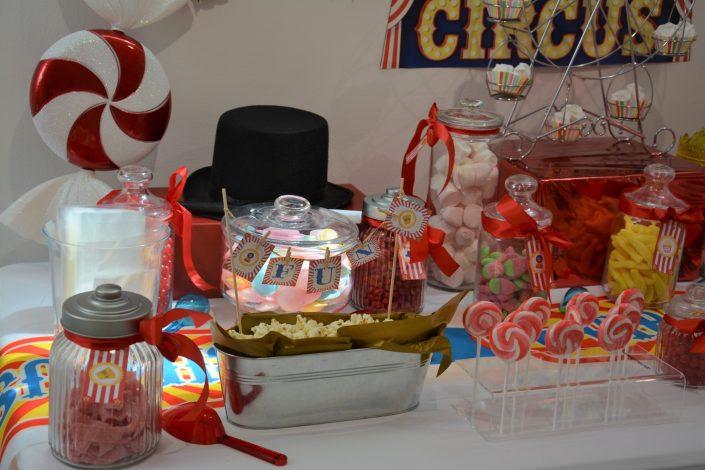 Candy Bar Circus / fête foraine pour Dulux Valentine - bonbonnières, pop corn, sucettes, chapeau de magicien et bonbon géant