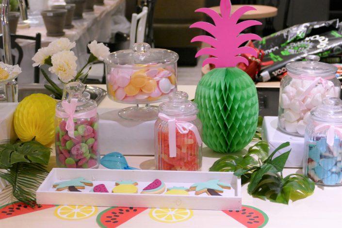 Table tropicale pour Adagio par Studio Candy - bonbons soucoupes, sablés décorés, ananas et chamallows