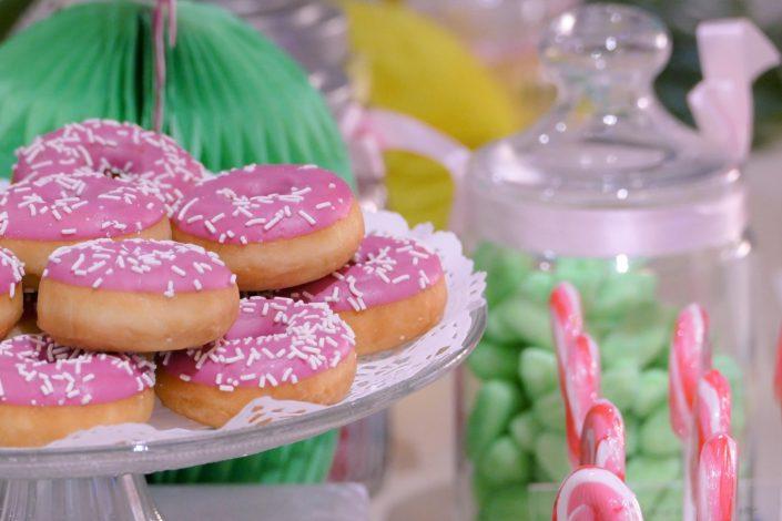 Table tropicale pour Adagio par Studio Candy - donuts roses à la fraise
