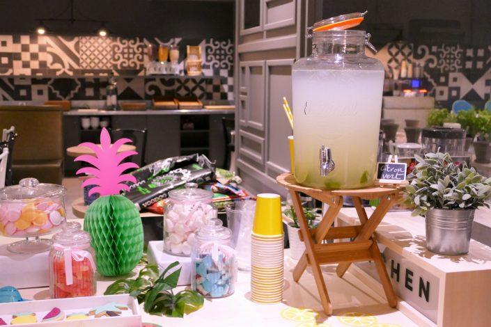 Table tropicale pour Adagio par Studio Candy - fontaine à boisson de citronnade de citron vert