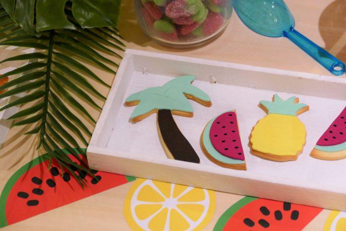 Table tropicale pour Adagio par Studio Candy - sablés décorés, ananas, pastèque, palmier
